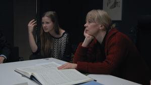 Emilia Hoving och Susanna Mälkki sitter och tittar på en video och analyserar Hovings tolkningar av musiken.