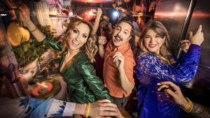 Melodifestivalens programledare 2020 Lina Hedlund, David Sundin och Linnéa Henriksson i glittriga kläder.