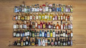 Miniatyrflaskor ligger på ett träbord.