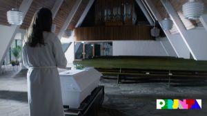 Hautajaiset tyhjässä kappelissa.