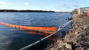Öljypuomeja Suomenlahdella Fagervikin lahdella.
