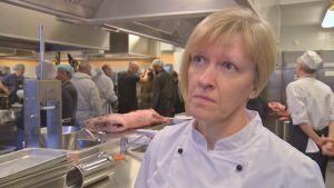 Gunnel Englund intervjuas av Svenska Yle.