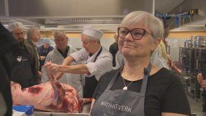 Eija Lamsjärvi intervjuas då hon skär kött.
