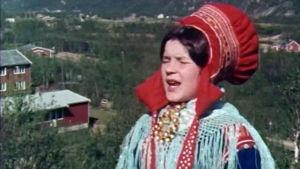 Nainen laulaa, joikaa, Lapissa.