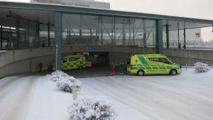 Ambulansseja Lapin keskussairaalan ensiapupoliklinikan sisäänkäynnin edessä