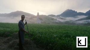 Terence Malickin elokuvan päähenkilö seisoo pellolla