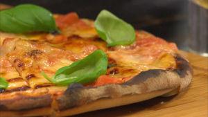 Pizza leikkuulaudalla.