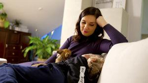 Johanna Pihlajamäki sohvalla, mukana koira ja pikkupoika
