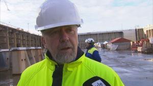 Wasalines vd Peter Ståhlberg i torrdockan vid varvet i Raumo.