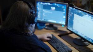 Pietari istuu pelikoneensa ääressä hämärässä huoneessa Logged in -sarjassa.