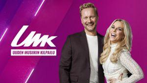 Mikko Silvennoinen ja Krista Siegfrids poseeraavat hymyileväisinä purppuranvärisen UMK-grafiikan edessä, heidän vieressään on teksti UMK Uuden Musiikin Kilpailu.