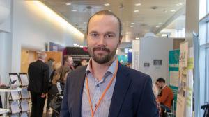Juha Auvinen poseeraa kameralle lääkäripäivillä oulussa