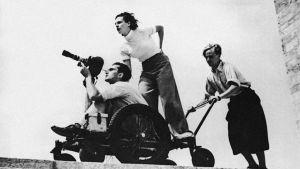 Leni Riefenstahl ohjaa kamera-ajoa.