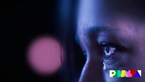 Erikoislähikuva naisen sinisestä silmästä, jos valuu kyynel.