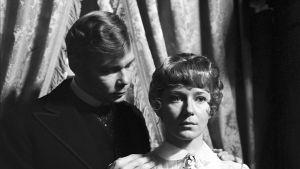 Risto Aaltonen (Torvald) ja Pirkko Peltomäki (Nora) tv-elokuvassa Nukkekoti