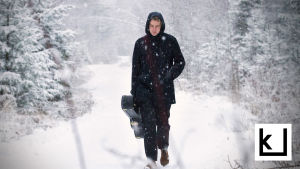 Lauluntekijä Topi Saha kävelee lumisella metsätiellä.