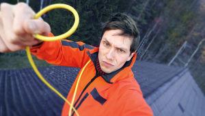 Johan Gullmets med en kabel i handen.