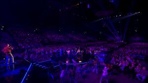 Stig laulaa ja Teresa ja SuomiLOVE-tanssijat tanssivat Hartwall Arenan lavalla.