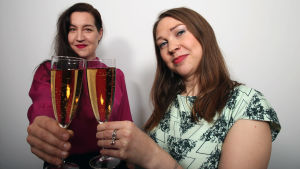 Tuuli Saksala ja Laura Korhonen kippistävät naistenpäivän Voimaa!-lähetyksen kunniaksi.