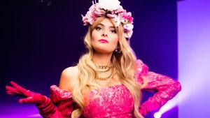 Erika Vikman med rosa klänning och blommor i håret