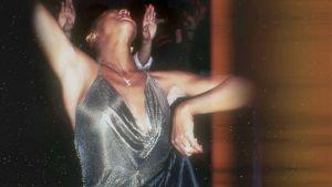 Nainen tanssii hopeankiiltävässä asussa. Kuva dokumentista Studio 54, jonka aiheena on samanniminen klubi New Yorkissa.