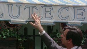 Henry Graham (Walter Matthau) hivelee kädellään ravintola Lutècen markiisia elokuvassa Kun mies on mies.