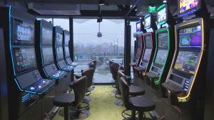 Åtta spelautomater i finskt köpcentrum med stolar för långvarigt spelande.