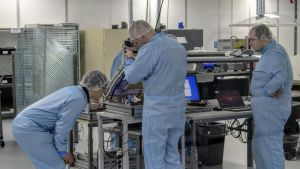Tactotekin työntekijöitä työssään yhtiön tuotantotiloissa