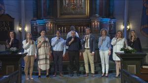 Mrs Bighill Singers sjunger framför altaret i Nykarleby kyrka.