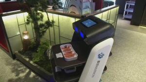 En robot serverar mat på en restaurang i Kina