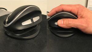 En ergonomisk datormus med en hand på.