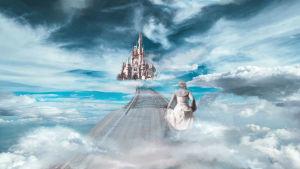 taideteos jossa ihminen kulkee siltaa pitkin pilvien päällä kohti linnaa.