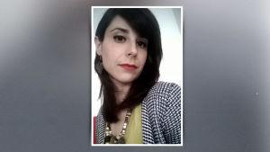 Kamerakännykällä otettu selfie tummahiuksisesta naisesta.