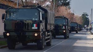 Armeijan kuorma-autoja pitkässä saattueessa.