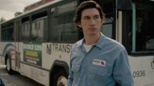 Bussinkuljettaja Paterson (Adam Driver) hieman huolestuneen näköisenä bussinsa ulkopuolella elokuvassa Paterson