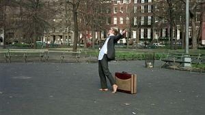 Robert Redford tanssii puistossa ilman kenkiä ja paita ulkona housuista elokuvassa Paljain jaloin puistossa