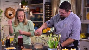 En kvinna och man vid en köksö.