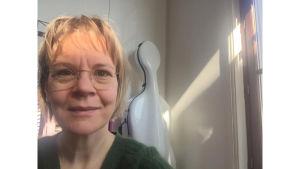 Kapellimestari Susanna Mälkin selfie kotona Pariisissa koronapandemian aikaan 27.3.2020.