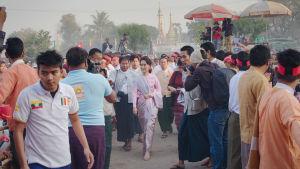 Aung San Suu Kyi väkijoukon keskellä