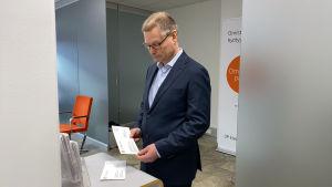 Pankin toimitusjohtaja katsoo maksusiirtokuoria pankissa