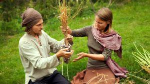 Mies ja nainen letittävät valkosipuleita.