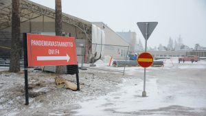 Kainuun keskussairaalan pandemiavastaanoton kyltti.