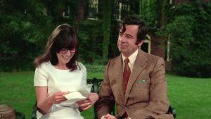 Nainen lukee iloisena kirjettä puistonpenkillä, vieressä mies katsoo ovelasti virnuillen. Elaine May ja Walter Matthau elokuvassa Kun mies on mies