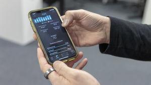 puhelin kädessä jossa Ouran app