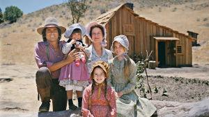 Pieni talo preerialla -sarjan Ingallsin perhe poseeraa kameralle talonsa edessä.