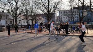 Nuoriso pelaa koripalloa Kimpisen koulun pihalla