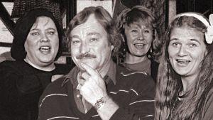 """Mies on soma""""-kuunnelman näyttelijät Tuula Nyman, Ossi Ahlapuro, Eeva Litmanen ja Erja Manto poseeraavat."""