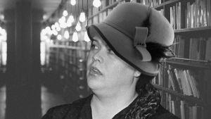 Tuula Nyman Rouva Jotunina hattu päässä.