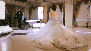Diana i enorm aftonklänning, som en svan