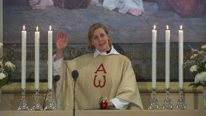 Liturgen och kyrkoherden Camilla Ekholm vid altaret i Sibbo nya kyrka
